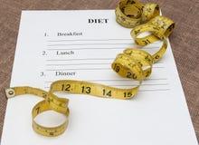 Papier mit leerem Diätplan und gelbem Maßband Stockbilder