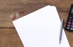Papier mit Stift und Taschenrechner auf Schreibtisch Stockfotos