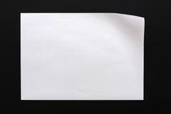 Papier mit verbogener Ecke, schwarzer Hintergrund Lizenzfreies Stockfoto