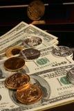 Papier-monnaie d'or et en argent de pièce et Photographie stock