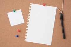Papier na korek desce i pióro dla teksta i tła Obraz Royalty Free