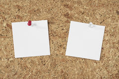 Papier notatki na korkowym tle fotografia stock