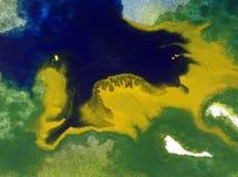 Papier peint brouillé lumineux d'été de tache de débordement de baie de côte de main texturisée de décoration de fond d'abrégé su Images libres de droits