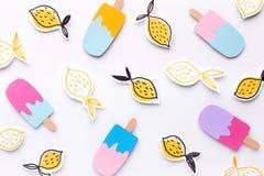 Papier peint créatif de crème glacée et de citrons sur le blanc photographie stock libre de droits