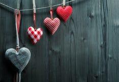 Papier peint de Saint-Valentin - coeurs de textile accrochant sur l'ordre croissant de corde Image libre de droits
