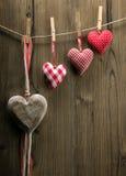 Papier peint de Saint-Valentin - coeurs de textile accrochant sur l'ordre croissant de corde Image stock