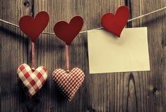 Papier peint de Saint-Valentin - coeurs de textile accrochant sur la corde, message Photo libre de droits