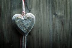 Papier peint de Saint-Valentin - grand coeur en bois sur le fond en bois Photographie stock libre de droits