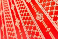 Papier peint floral rouge de Swirly r?tro sur le mur image stock