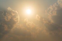 Papier peint léger magique étonnant de nature de vue d'or de fond de ciel de coucher du soleil images libres de droits