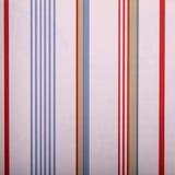 Papier peint rayé blanc de vintage avec les bandes rouges et de bleu Photographie stock libre de droits
