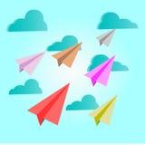 Papier planiert Mehrfarben auf blauem Himmel mit Wolken - vector Konzept Stockbilder
