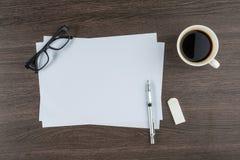 Papier, Radiergummi-Machthabergläser und Reißfeder mit Kaffee Stockfotos