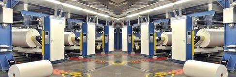 Papier rolki w drukowej maszynie wielkiego druku sklep zdjęcie stock