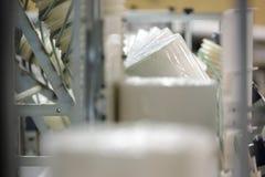 Papier rollt auf Förderer lizenzfreies stockbild