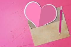 Papier rose de coeur, enveloppe Images libres de droits