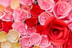 Papier-Rosen-Blumenhintergrund Stockfotos