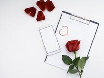 Papier rouge de coeur de symbole avec la rose sur le blanc photo libre de droits