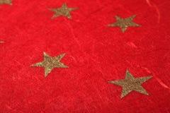 Papier rouge de Noël avec des étoiles Photos libres de droits