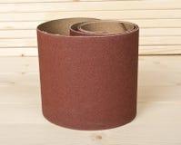 Papier sablé de Brown sur les planches en bois Photo libre de droits