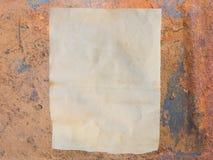 Papier sale sur l'acier rouillé Photographie stock libre de droits