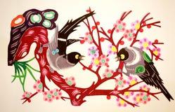 Papier-schneiden Sie von den Vögeln und von den Blumen Stockbild