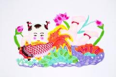 Papier-schneiden Sie von einem tragenden Fisch des Jungen Lizenzfreie Stockfotos