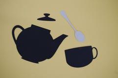 Papier schnitt von strömender Teekanne mit Becher und Löffel heraus Stockfotografie