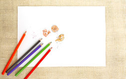 Papier sur la toile de jute avec des crayons Images stock