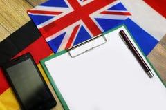 Papier sur le bureau de texture en bois avec le téléphone portable Images stock