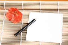 Papier sur le couvre-tapis en bambou Images libres de droits