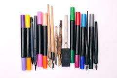 Papier, Tinte und Kalligraphiestifte Beschriftungswerkstattdetails Lizenzfreie Stockfotos