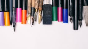 Papier, Tinte und Kalligraphiestifte Beschriftungswerkstattdetails Fahnen-Konzept, Design-Kopien-Raum liefert Draufsicht-Ebenen-L Stockbild