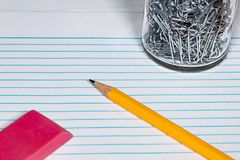 Papier und Bleistift bereit, mit einem Radiergummi und einem Papier an geschrieben zu werden lizenzfreie stockfotografie
