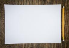 Papier und Bleistifte auf dem Holztisch Lizenzfreies Stockfoto