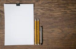 Papier und Bleistifte auf dem Holztisch Stockfotos