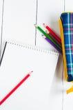 Papier- und bunte Bleistifte auf dem Tisch Ansicht von oben Stockfotografie