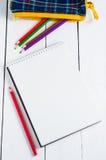 Papier- und bunte Bleistifte auf dem Tisch Ansicht von oben Stockfoto
