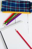 Papier- und bunte Bleistifte auf dem Tisch Ansicht von oben Stockbilder
