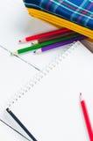 Papier- und bunte Bleistifte auf dem Tisch Ansicht von oben Stockbild