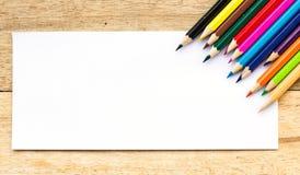 Papier- und Farbbleistifte auf Tabelle Stockfotos