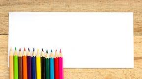 Papier- und Farbbleistifte auf Tabelle Stockfoto