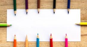 Papier- und Farbbleistifte auf Tabelle Stockbilder