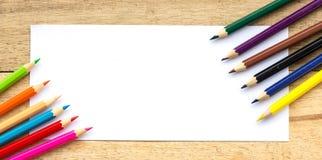 Papier- und Farbbleistifte auf Tabelle Stockfotografie