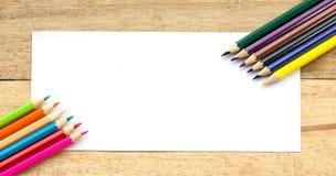 Papier- und Farbbleistifte auf Tabelle Lizenzfreies Stockfoto