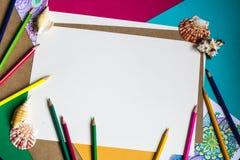Papier- und farbige Bleistifte Lizenzfreie Stockfotografie