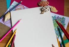 Papier- und farbige Bleistifte Stockbild
