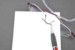 Papier und Gläser Lizenzfreies Stockfoto