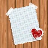 Papier- und kleiner Valentinsgruß auf einer hölzernen Wand Lizenzfreies Stockfoto