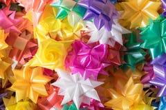 Papier und Plastikhülle prägen buntes Muster für Festival tradit Stockbild